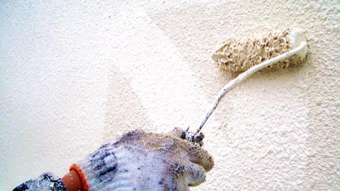 ローラー塗装中の外壁