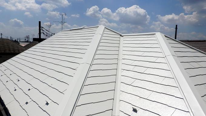 薄い色で遮熱塗料を塗ったコロニアル屋根