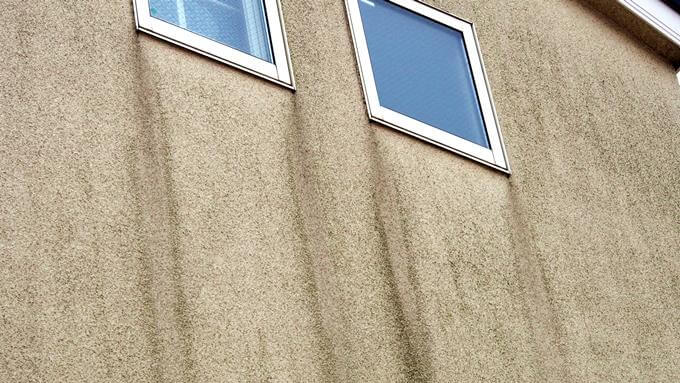 汚れた外壁