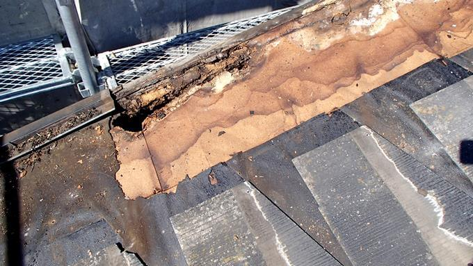 雨が漏って穴の開いていたコロニアル屋根