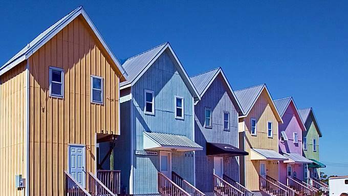 色々な色で塗られた家
