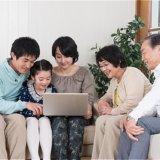 パソコンで見積り依頼する家族