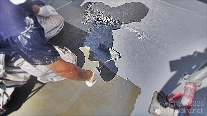 ウレタン防水トッフ゜コートプルーフロンGRトップを塗る職人