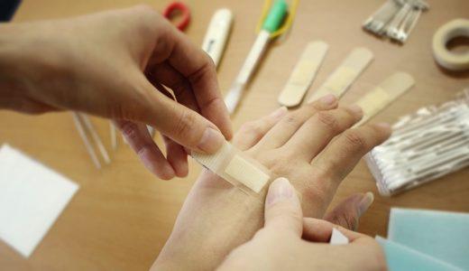 応急処置で絆創膏を張る