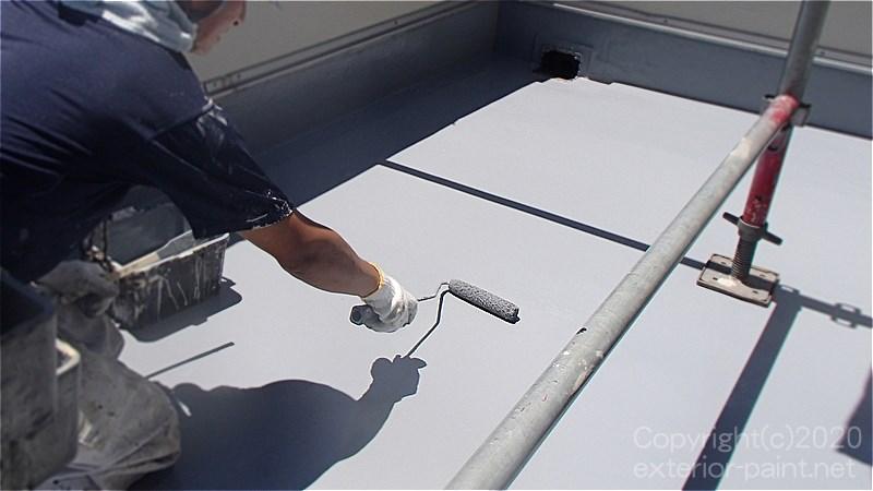 プルーフロンバリューが乾いたらウレタン防水トップコートを塗る