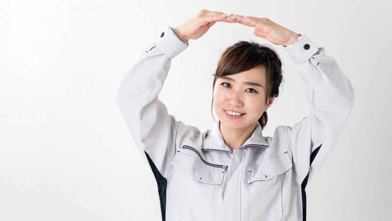 築10年~15年のFRP防水でトップコートの塗り替えが最適だと判断する女性