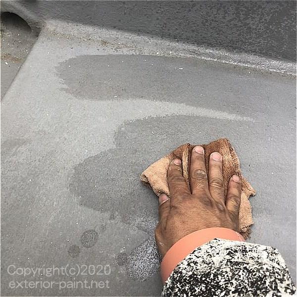 アセトン拭きで油膜を取っているFRP防水の表面
