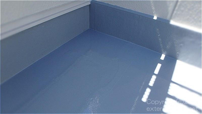 不具合箇所の補修後に防水主材を塗ったウレタン防水