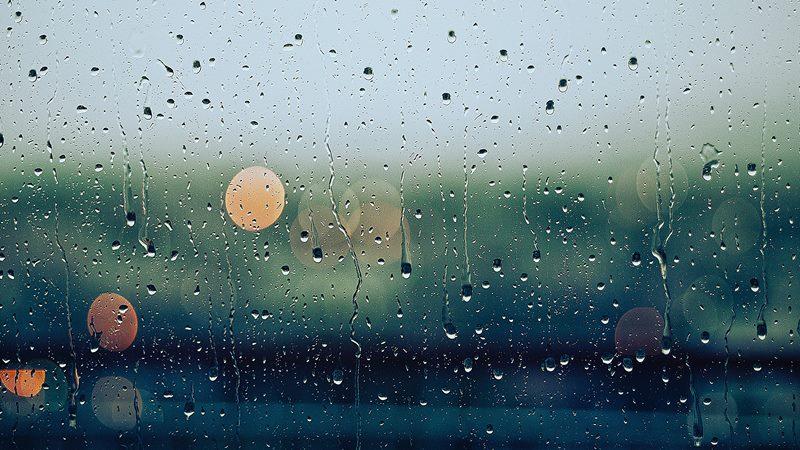 窓に叩きつけられる雨