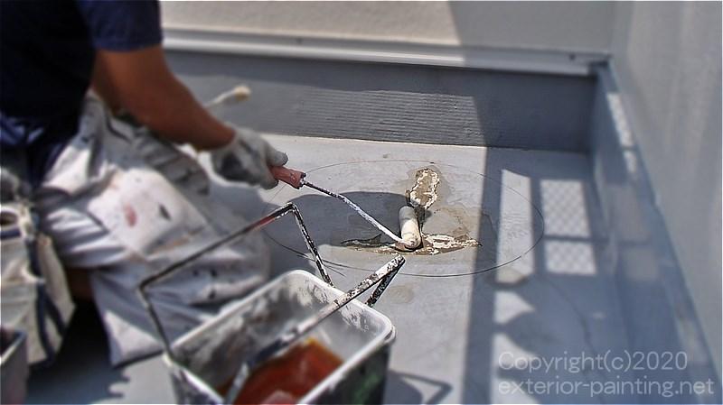 不具合箇所のウレタン防水を撤去した後でプライマーを塗る