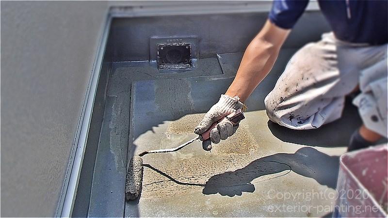 不具合箇所のウレタン防水を撤去した後でミラクファンドKC-1000で下地調整する職人
