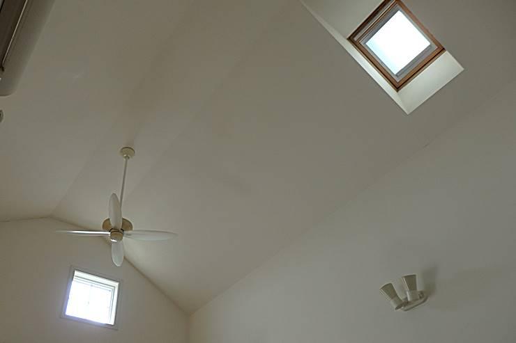 高い窓や天窓から新鮮な空気を取り入れる