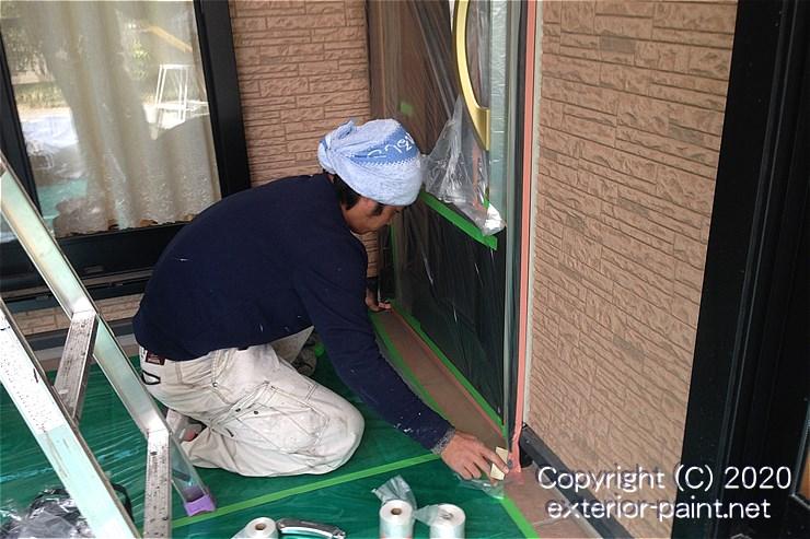 玄関タイルにノンスリップ養生シートを敷く塗装職人