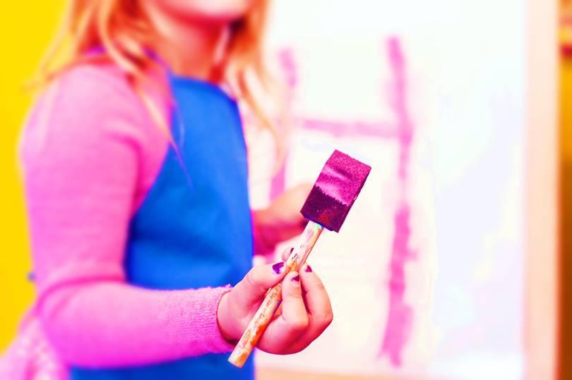 アクリル塗料を塗る少女