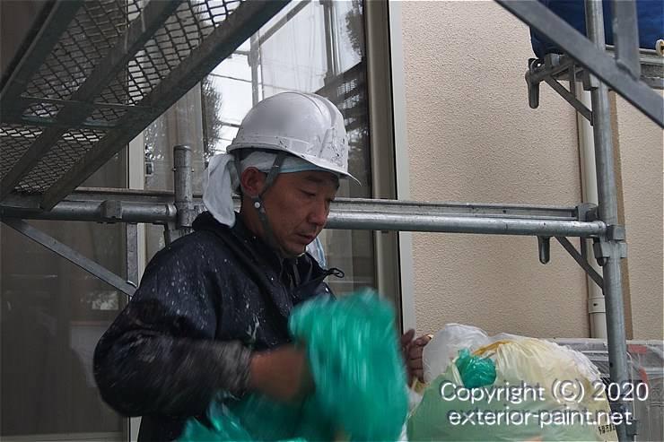 養生のポリシートを捨てる塗装職人