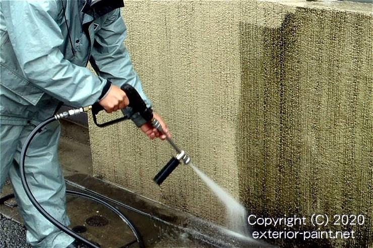 高圧洗浄で汚れとコケが落ちている塀