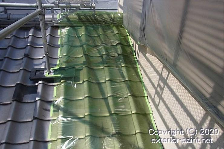瓦屋根の上に敷いたノンスリップ養生シート