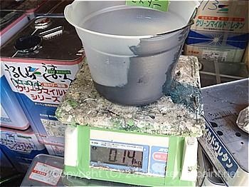 実験用の塗料を計量して作る