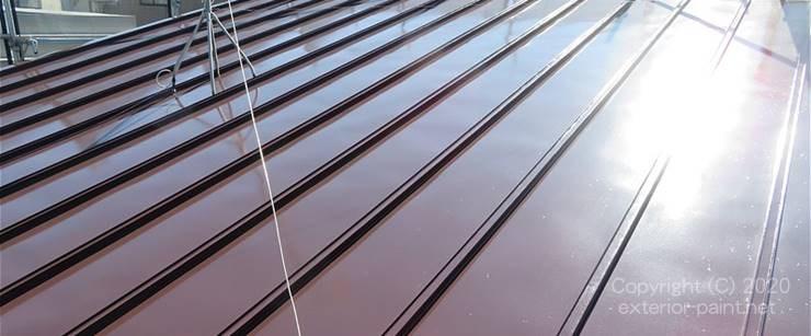 こげ茶色の遮熱塗料で塗装した屋根