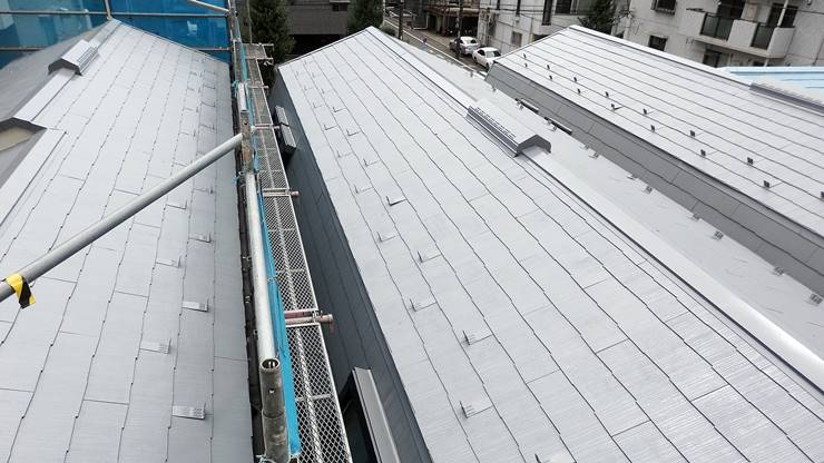 3棟遮熱塗料グレーで塗装した屋根