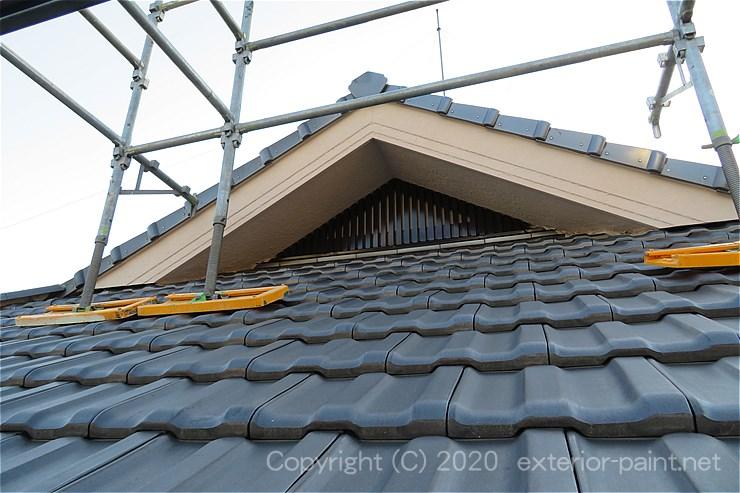 屋根の上の壁を塗装するための屋根足場