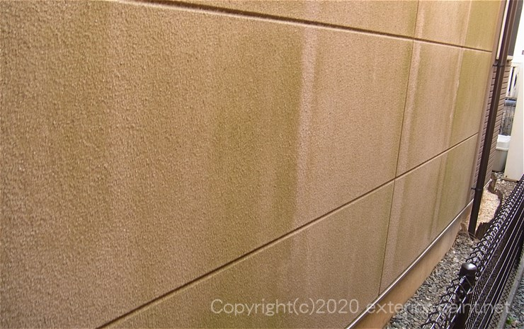 ALC外壁とリシン吹き付けのコケ