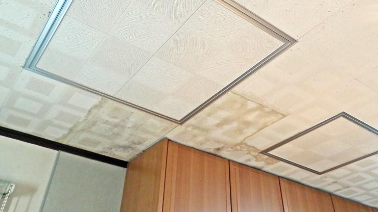 天井の漏水による雨染み