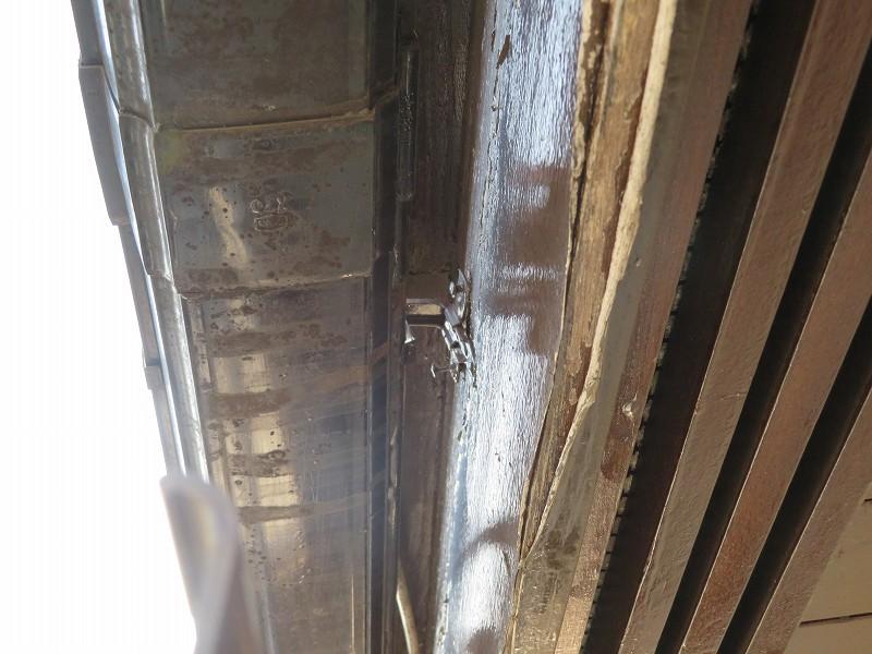 釘が浮いている軒樋